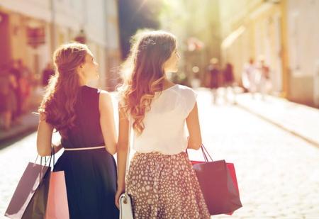 Studentinnen in Fußgängerzone