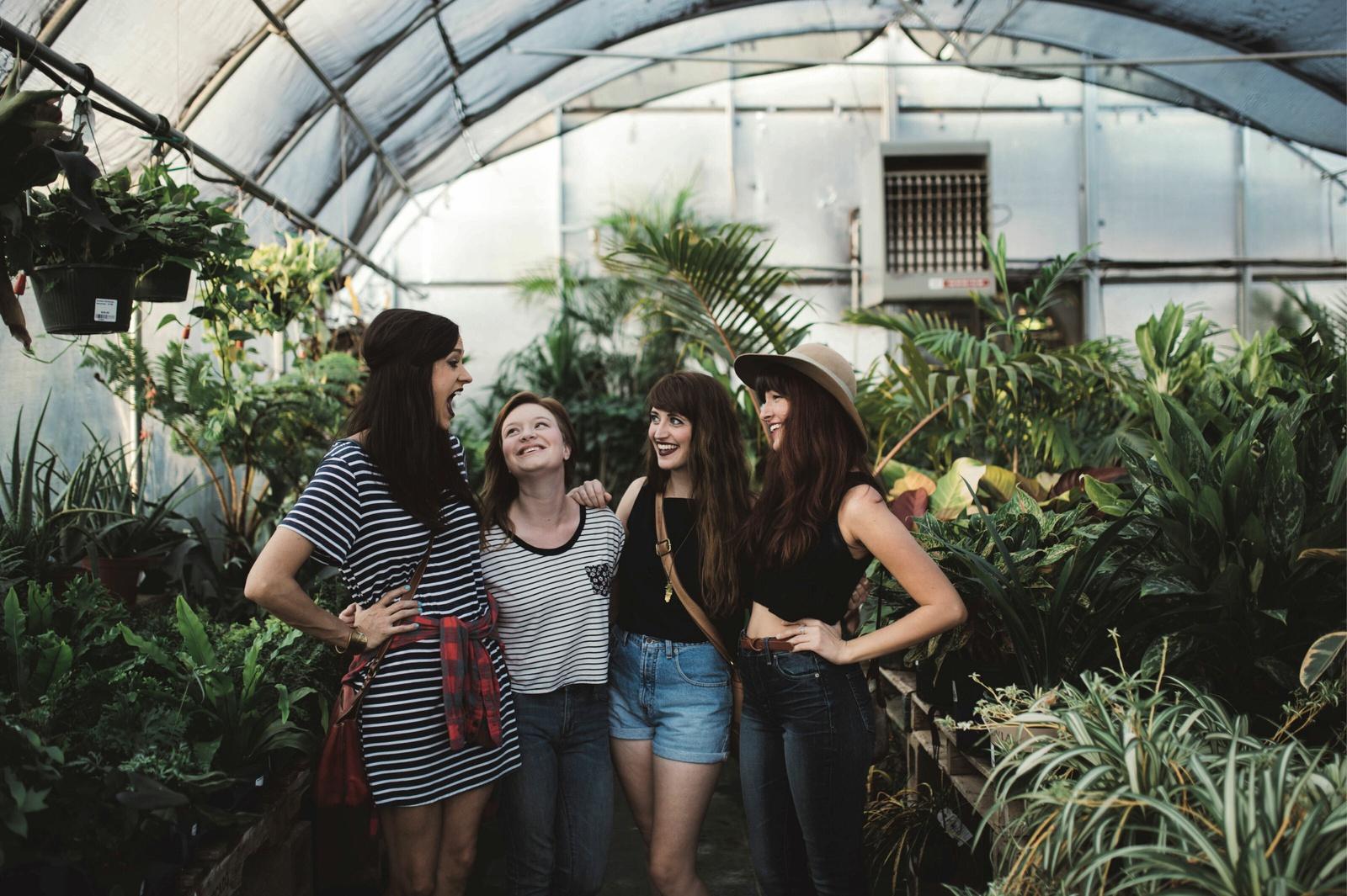 Studentinnen in einem Gewächshaus